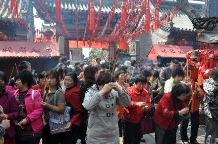 天后宫庙会期间进香许愿的市民--摄影 刘海涛