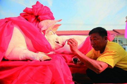 祭海的供品要用一公一母两口猪,还要描口红、戴红花,所谓重彩浓妆
