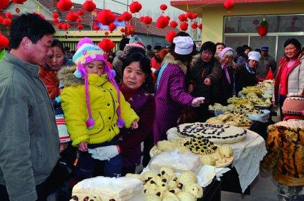 日照市东港区涛雒镇宅科村,村民在参加蒸花馍比赛