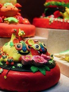 胶东花饽饽是威海人逢喜事必备食物。从正月到腊月,从孩子出生到老人做寿,人们用花饽饽来表达对节日的庆贺和家人的祝福,其造型喜庆多样,深受人民喜爱。